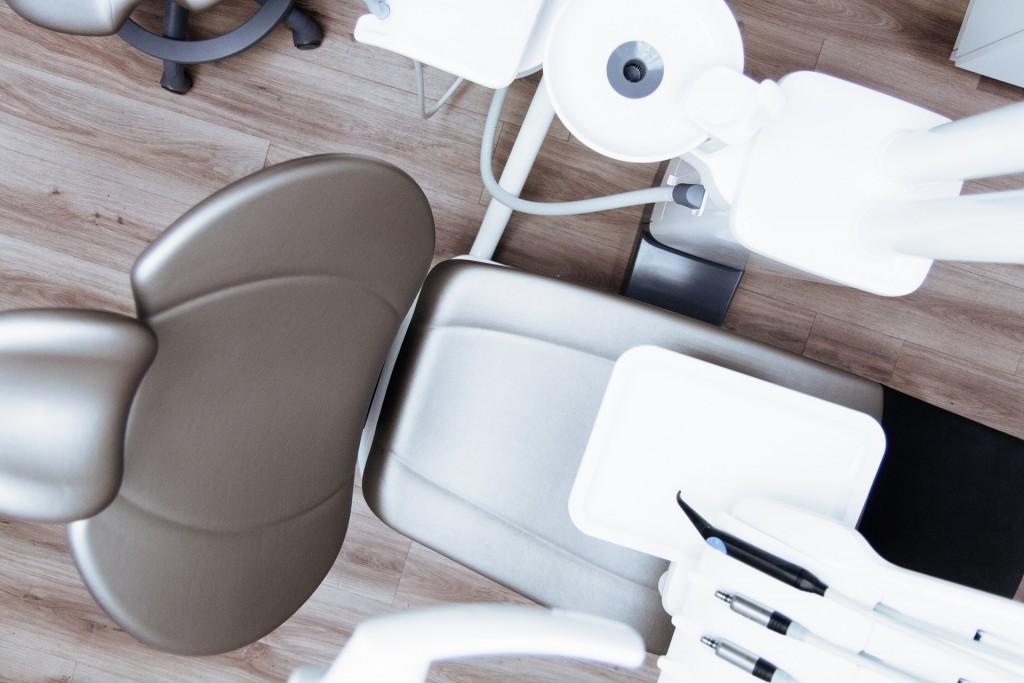 Na czym polega leczenie implantologiczne